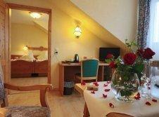 Hochzeits-Suite mit Himmelbett und Whirlwanne