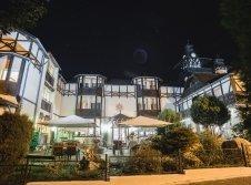 Hotel Außenansicht bei Nacht