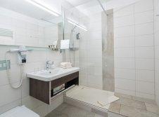 Hotelzimmer mit Dusche