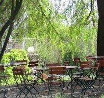 """""""Kleiner Biergarten"""" unter großen alten Bäumen, Quelle: A.Köhne Sonnenhof"""