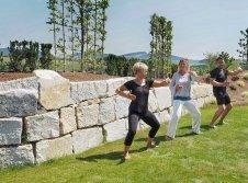 Qi Gong im Garten mit unserer Heilpraktikern Frau Mohles