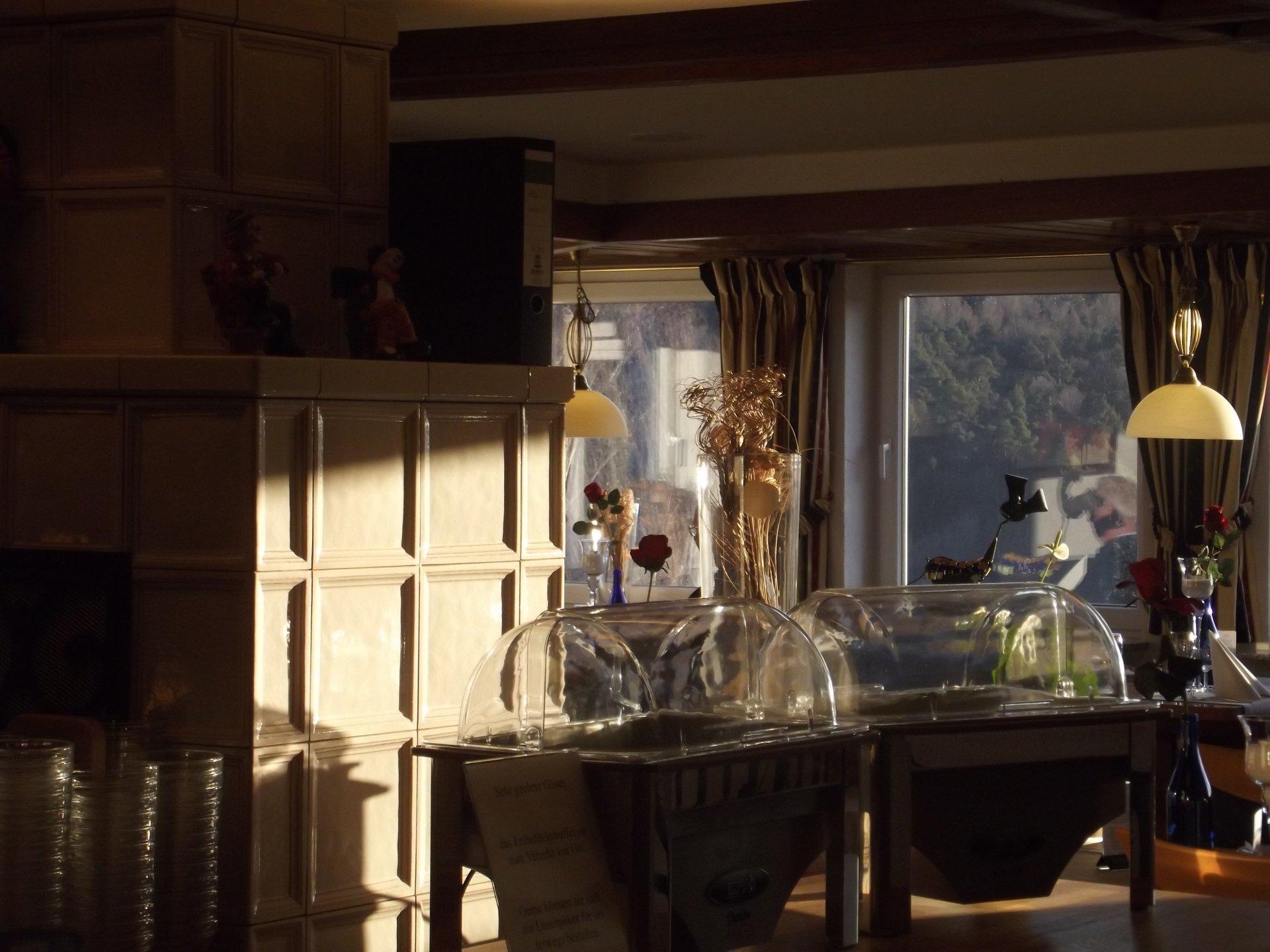 rote rosen und sektarrangement im hotel zum weissen lamm. Black Bedroom Furniture Sets. Home Design Ideas