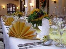 Restaurant mit geschmücktem Tisch