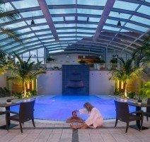 In dem 32 °C warmen Wasser des Erlebnisbeckens können Sie auf Sprudelliegen wunderbar entspannen., Quelle: (c) Sympathie Hotel Fürstenhof