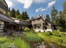 Stammhaus mit Teich