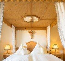 Hochzeits Suite mit Whirlpoolwanne und Himmelbett (HSW), Quelle: (c) Parkhotel Emstaler Höhe