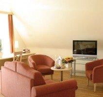 Wohn- und Arbeitsbereich in der Junior-Suite. Das Sofa kann als Schlafgelegnheit für 2 weitere Personen aufgebettet werden. Somit ist unsere Suite auch für Familien gut geeignet., Quelle: (c) Hotel & Restaurant Gasthof zum Ochsen