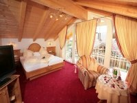 Alpenpanoramablick-Junior-Suite mit Balkon