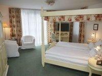 Doppelzimmer mit Himmelbett, Quelle: (c) Flair Hotel Vier Jahreszeiten