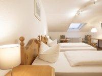Economy-Zimmer im Dachgeschoss als Vierbettzimmer, Quelle: (c) AKZENT Hotel Alpenrose