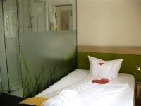 Einzelzimmer zur Seite mit französichem Balkon, Quelle: (c) See Hotel Off GmbH & Co.KG