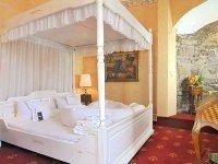 Doppelzimmer mit Himmelbett, Quelle: (c) Hotel Burg Trendelburg