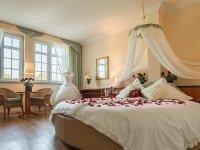 Hochzeitssuite mit rundem Bett und Eckbadewanne, Quelle: (c) Gasthof Alt Engelsdorf