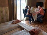 Kammer mit 2 Betten und Balkon, Quelle: (c) Hotel Kapelle Bad Liebenstein