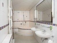 Komfort Doppelzimmer mit Eckbadewanne, Quelle: (c) AKZENT Hotel Restaurant Höhenblick