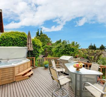 Terrasse mit Whirlpool, Quelle: ©irina88w/istockphoto