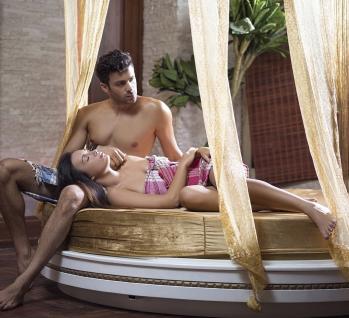 Paar entspannt im Wellnesscenter, liegen auf einer Liege, Quelle: ©Ahmetgul/istockphoto